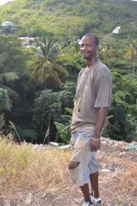 Den här mannen kom uppklättrande på den mycket branta sluttningen. Han har skurit frukt med sin machete.