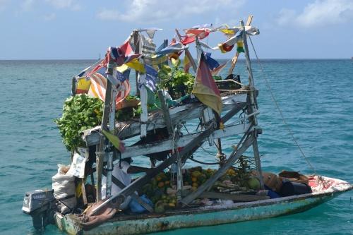 Fruktbåten kommer varje dag till alla båtar.