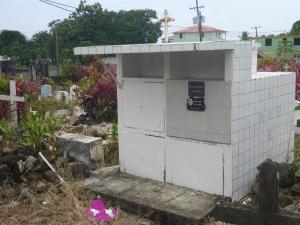 Här ligger Dominicas förre president begravd. Han regerade i 40 år och dog 2013.