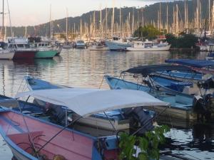 Längst in i Chaguaramas Bay
