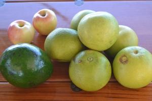 2 äpplen: 5 EC (ca 7.50 kronor)  1 extrastor avocado: 5 EC   6 stora grapefrukt: 5 EC Äpplen är alltid extra dyrt eftersom det måste importeras