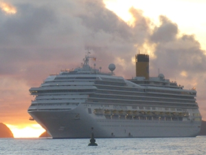 Varje morgon vid soluppgången kommer kryssningsfartygen in, det ena efter det andra