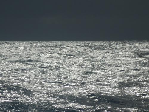 Svart himmel men solglitter i havet, kl. 16.20