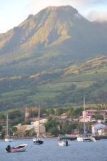 Vulkanen Mount Pelée ovanför St. Pierre